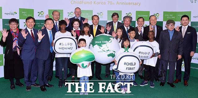 15일 오후 서울 종로구 세종문화회관에서 초록우산 어린이재단 창립 70주년 기념식이 열린 가운데 이제훈 초록우산 어린이재단 회장(가운데)을 비롯한 참석자들이 어린이들과 기념촬영을 하고 있다. /이동률 기자