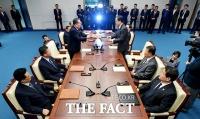 [TF포토] 공동보도문 교환하는 남북…'고위급회담 종료'