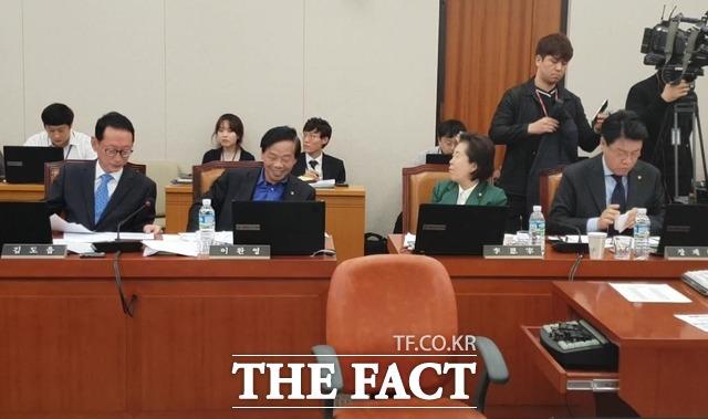 국회 법제사법위원회 소속 자유한국당 김도읍·이완영·이은재·장제원 의원이 지난 15일 법제처 국정감사에 임하고 있다. /이원석 기자