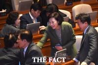 [TF포토] 동료 의원들 환대 받는 유은혜 장관