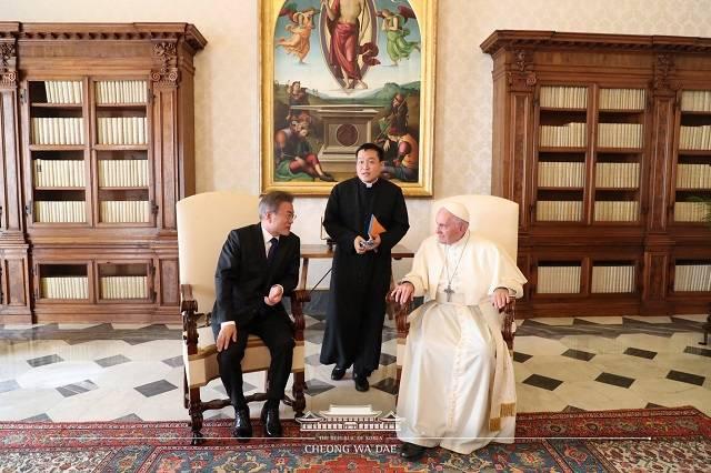 문재인 대통령과 프란치스코 교황이 18일(현지시간) 바티칸 교황궁에서 환담을 나누고 있다. /청와대 페이스북