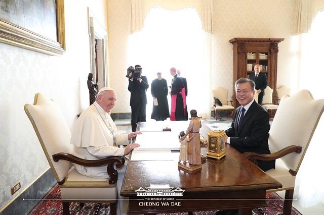 18일(현지시간) 교황청을 공식 방문한 문재인 대통령과 프란치스코 교황이 면담을 하고 있다. /청와대 페이스북