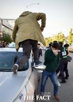 [TF포토] 택시 파업 참가자, '운행중인 택시 차량 파손'