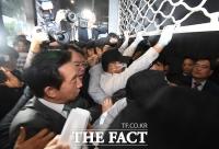 [TF포토] 들어가려는 자유한국당과 막아서는 경찰, '혼돈의 시청'
