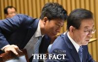 [TF포토] 서울시 국감, 야당 공세에 분주한 김태호 사장