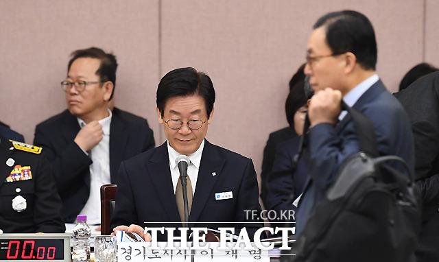 이채익 자유한국당 간사(오른쪽)가 들어오지만... 안 봄