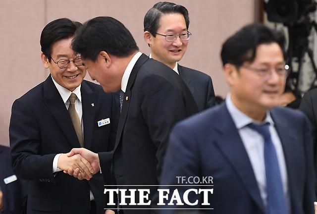 경기도 국정감사에 출석해 더불어민주당 의원들과 인사나누는 이재명 지사