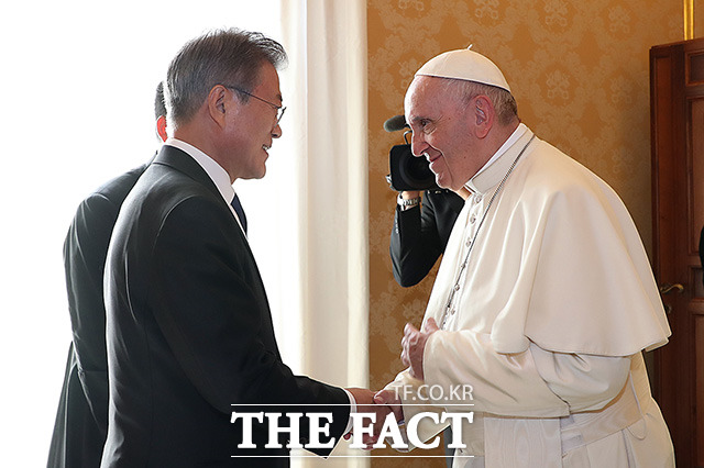 문재인 대통령(왼쪽)이 18일(현지시간) 로마 바티칸 교황궁 교황 집무실에서 프란치스코 교황과 인사하고 있다./청와대 제공