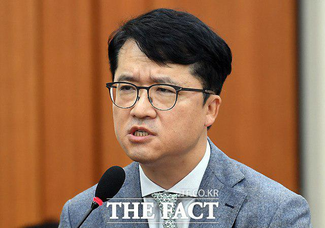박현종 bhc 회장이 지난 15일 서울 여의도 국회에서 열린 정무위원회의 공정거래위원회 등의 국정감사에 증인으로 출석해 의원들의 질의에 대답하고 있다. /이새롬 기자