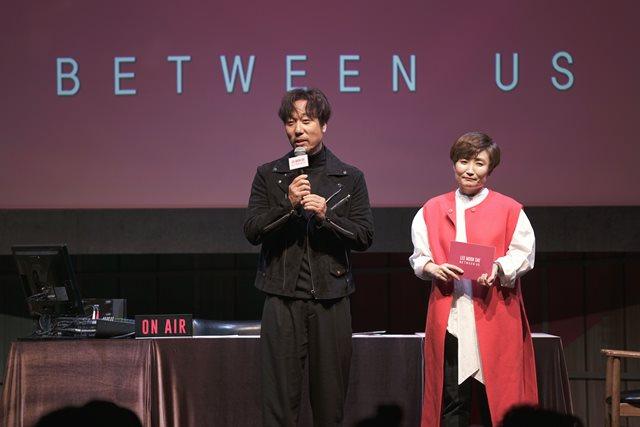 가수 이문세(왼쪽)는 22일 서울 용산구 이태원로 블루스퀘어 카오스홀에서 정규 16집 비트윈 어스 음악 감상회를 열었다. /케이문에프엔디 제공