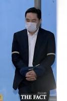[TF포토] '법정구속' 강용석, '굳은 표정으로 호송차 탑승'