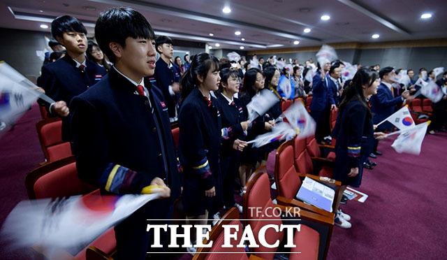 대한민국독도협회가 25일 오전 서울 영등포구 의사당대로 국회 의원회관에서 독도의 날 기념식을 개최한 가운데 참가 학생들이 독도는 우리땅 합창을 하며 태극기를 흔들고 있다. /국회=이덕인 기자