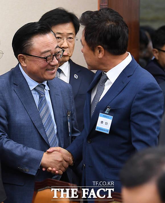 국정감사서 만난 고동진 삼성전자 사장(왼쪽)과 박정호 SK텔레콤사장