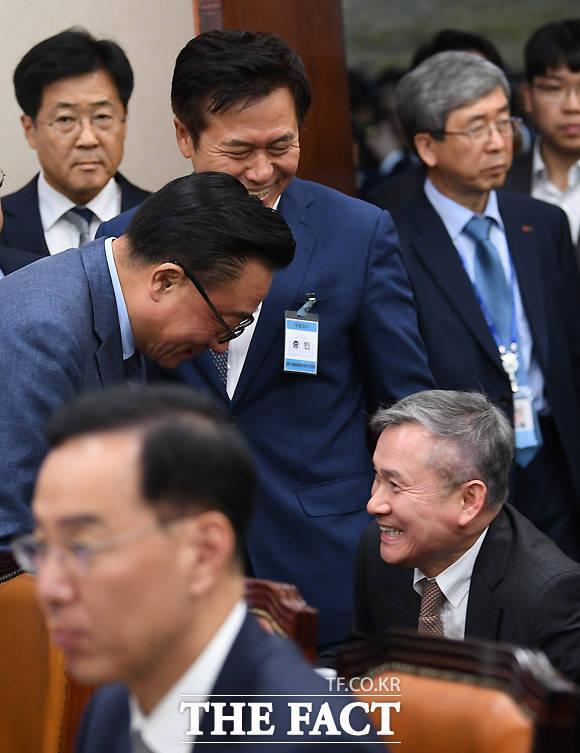 하현회 LG유플러스 부회장과 인사하는 고동진 사장