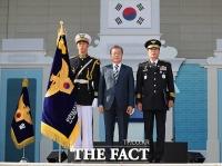 [TF포토] '경찰영웅' 유공 포상하는 문재인 대통령