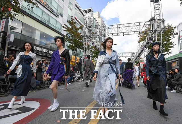 27일 오후 서울 서대문구 신촌 연세로 차 없는 거리에서 서울시가 주최하는 서울 365-대학생 패션 파티 패션쇼가 열린 가운데 모델들이 런웨이를 밟고 있다. /김세정 기자