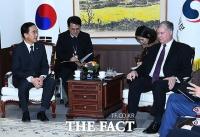 [TF포토] 대북 공조 논의 위해 만난 조명균-스티븐 비건