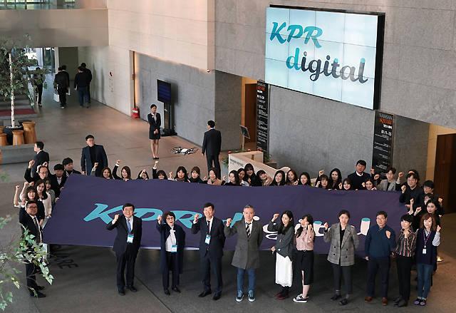 종합PR컨설팅 전문기업 KPR 신성인 대표 등 임직원들이 1일 서울 중구 남산스퀘어 사옥 로비에서 디지털 IMC 사업브랜드 KPR 디지털 출범을 기념해 포즈를 취하고 있다. /KPR 제공