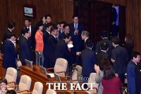 [TF포토] 의원들 박수 받는 문재인 대통령