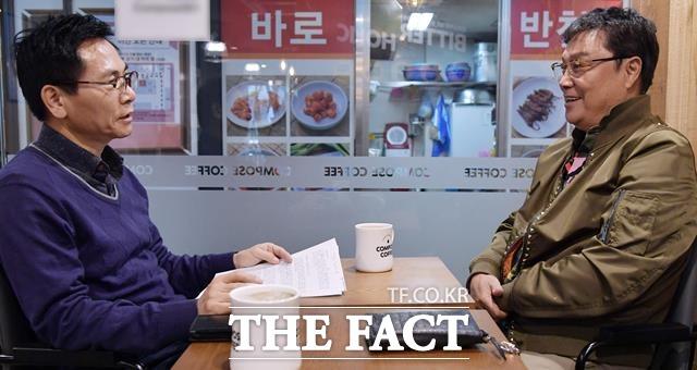 누구라도 한번 만나면 푹 빠져드는 이 남자.  남진(오른쪽)은 자택이 있는 경기 성남시 분당구 성남대로의 한 카페에서 2시간동안 스페셜인터뷰를 했다. /이덕인 기자