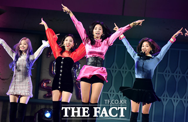 The Girl Twice group is performing a colorful setting when attending the sixth or seventh mini-album YES or YES showcase held at the KBS Arena Hall in Hwagok-dong, Gangseo-gu, Seoul in the afternoon of day 5. This mini-album YES or YES It contains 7 tracks, including SAY YOU LOVE ME, LALALA, YOUNG & WILD, SUNSET, AFTER MON, including the title song YES or YES of the same name.