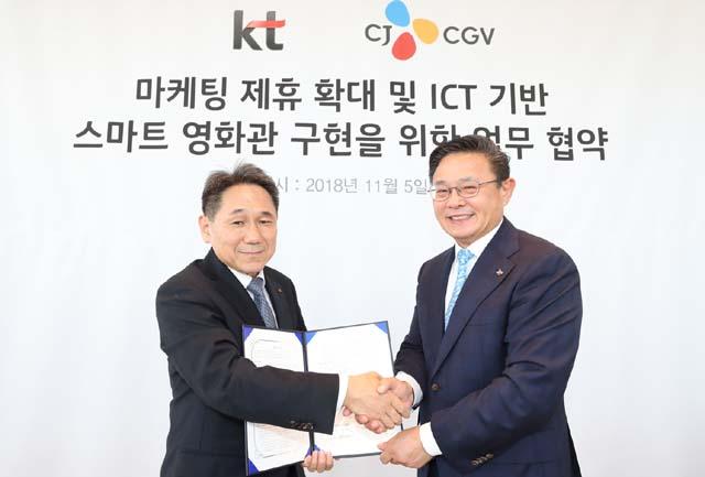 업무 협약을 맺은 KT 마케팅 부문장 이필재 부사장(왼쪽), CJ CGV  최병환 대표 /CJ CGV 제공