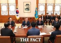 [TF포토] 첫번째 국정상설협의체 회의 주재하는 문재인 대통령