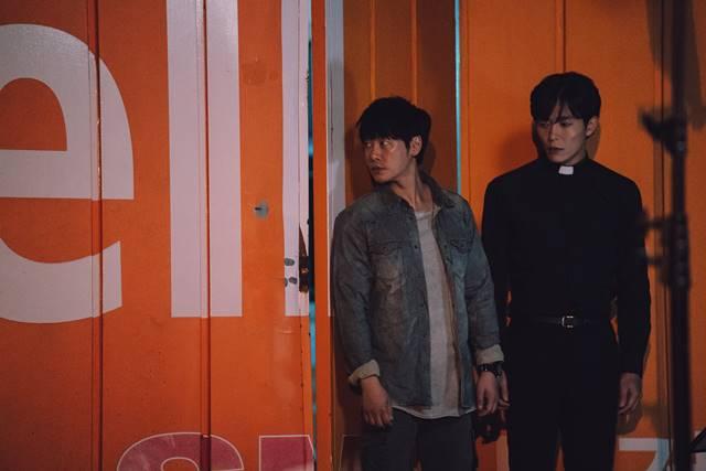 김동욱(왼쪽)과 김재욱은 2007년 MBC 드라마 커피프린스 1호점 이후 11년 만에 한 작품에서 다시 만났다. /OCN 제공