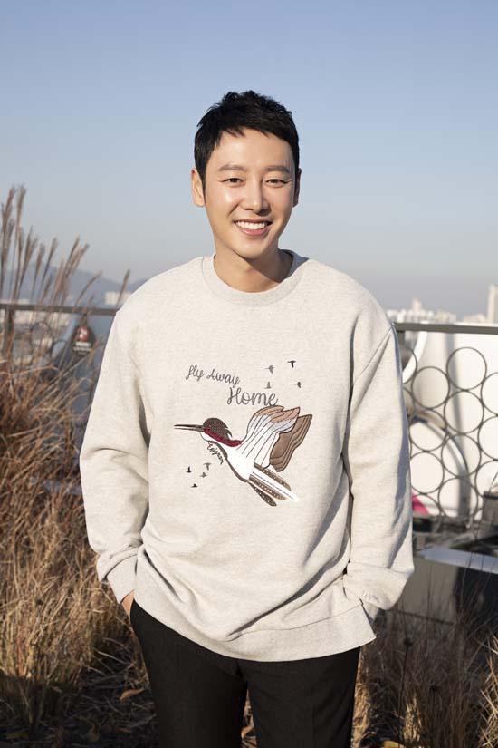김동욱은 올 한 해 영화 신과함께-인과연과 드라마 손 the guest로 사랑을 받았다. 그는 2019년엔 더 열심히 달리고 싶다고 말했다. /키이스트 제공