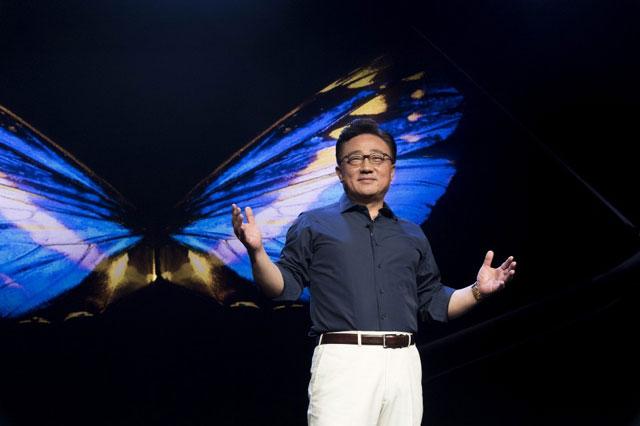 삼성전자가 8일(한국시간) 미국 샌프란시스코 모스콘센터에서 삼성 개발자 콘퍼런스 2018을 개최하고 폴더블스마트폰에도 적용되는 차세대 사용자 경험 원 UI와 폴더블 디스플레이 인피니티 플렉스 디스플레이를 공개했다. 이날 행사의 기조연설은 고동진 IT·모바일(IM)부문장(사장)이 맡았다. /삼성전자 제공