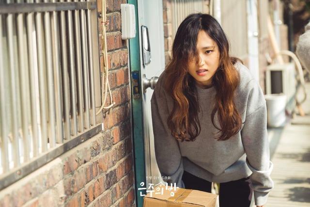 은주의 방에서 29살 평범한 직장인 심은주를 연기하는 배우 류혜영. /Olive 제공