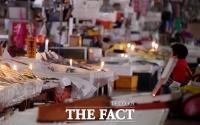 [TF사진관] 노량진 구시장 '단전·단수' 3일... 어두운 시장 비추는 '촛불하나'