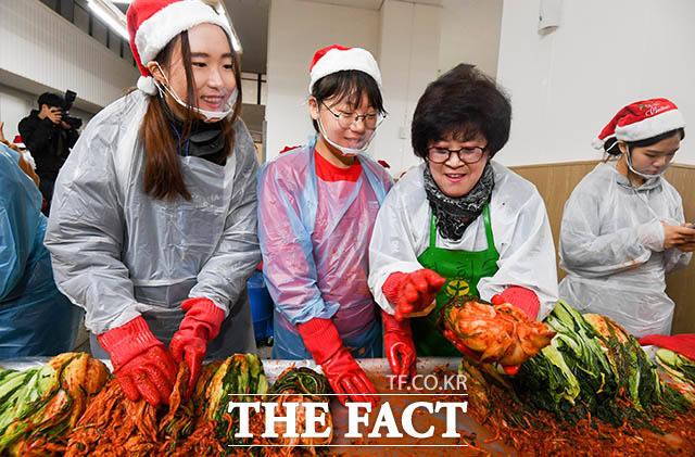 '김장 베테랑' 어머님으로부터 비법 전수받는 학생들