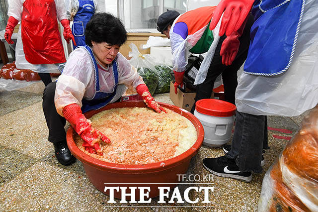 행사 전 김장김치에 들어갈 양념을 만드는 자원봉사자들
