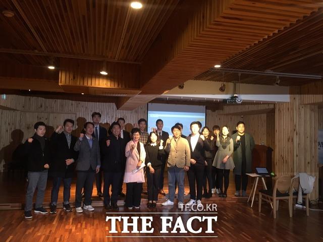 이 의원은 이날 한국당 입당설을 부인했으나 추후 가능성을 배제하지 않았다. 이 의원이 한국당 청년위원들과 단체사진을 촬영하는 모습. /임현경 기자