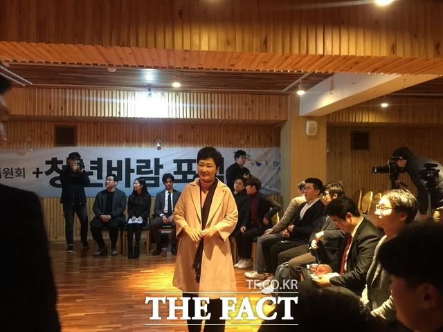 이 의원은 민주당과 한국당 모두 자유민주주의를 지향하고 있지 않다고 지적했다. 이 의원이 이날 강연에 앞서 청년들과 인사를 나누는 모습. /임현경 기자
