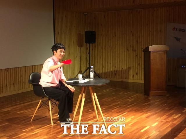 이언주 바른미래당 의원의 한국당 입당설은 한국당 청년들에게도 관심거리였다. 이 의원은 발치에 떨어진 빨간색 종이비행기를 집어 들고 환하게 웃었다. /서초=임현경 기자