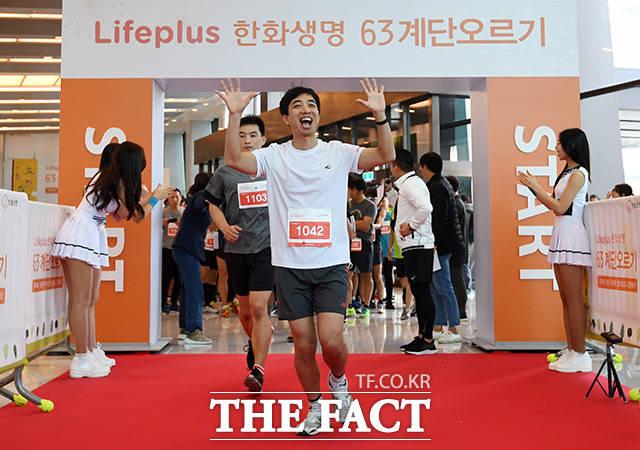 제16회 63계단 오르기 대회가 11일 오전 서울 영등포구 여의도 63스퀘어에서 열린 가운데 참가자들이 계단을 오르기 위해 출발하고 있다. /남용희 기자