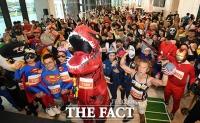 [TF사진관] '슈퍼맨부터 공룡, 아이언맨까지'…63스퀘어 등반하는 다양한 캐릭터