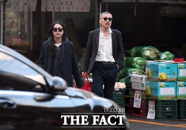 불륜 관계를 공개적으로 드러낸 홍상수 감독(오른쪽)과 배우 김민희가 지난 9일 경기도 하남의 한 마트에서 장을 보고 다정하게 걸어나오고 있다./하남=이새롬 기자