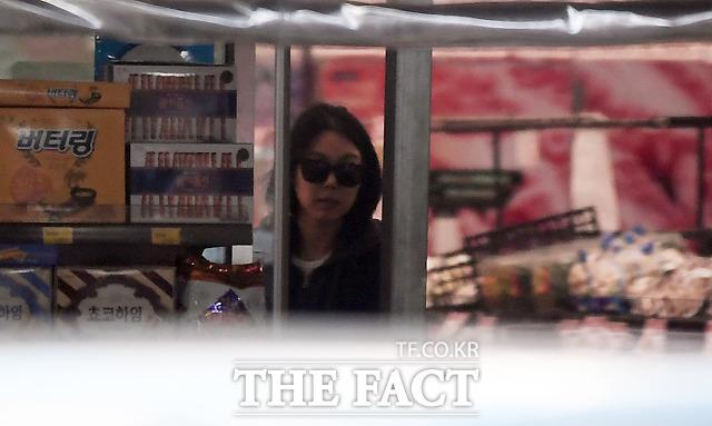 선글라스를 착용한 김민희.