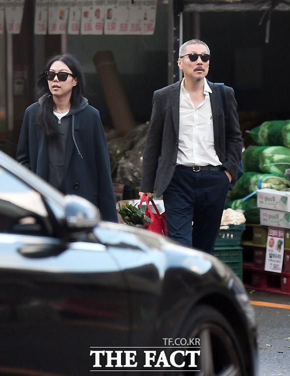 빈손인 김민희와 장바구니 든 홍상수. 홍콩 느와르 영화의 한 장면을 방불케 한다.