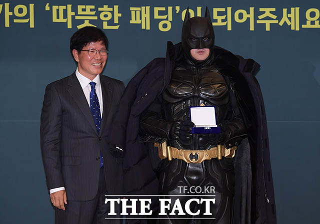 지역사회를 위해 봉사활동을 펼치는 배트맨 대리기사 김남준 씨(오른쪽)
