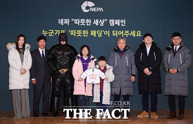 아웃도어 브랜드 네파의 따뜻한 세상 캠페인이 13일 오전 서울 중구 웨스틴조선호텔에서 열린 가운데 홍보대사인 전지현과 이선효 네파 대표이사(왼쪽부터)를 비롯한 참석자들이 포토타임을 갖고 있다. /김세정 기자