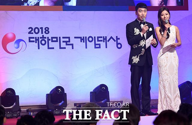 2018 대한민국 게임대상 사회를 맡은 성승헌 게임캐스터(왼쪽)와 김수현 아나운서.
