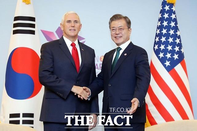 문재인 대통령이 15일 오후 싱가포르 선텍 회의장 양자회담장에서 마이크 펜스 미국 부통령과 악수하고 있다. /뉴시스