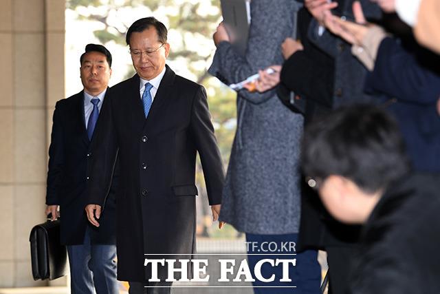 피의자 신분으로 검찰에 출석한 박명대 전 대법관.