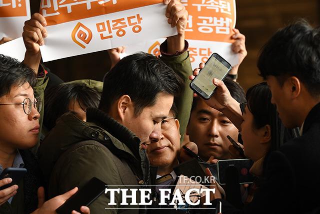 이리저리 밀리는 박 전 대법관.