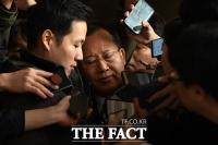[TF사진관] 검찰 출석한 박병대 전 대법관에게 쏟아지는 관심(?)