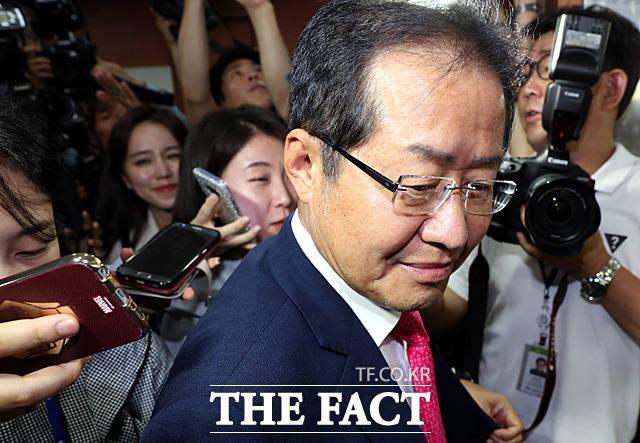 홍준표 자유한국당 전 대표가 20일 정치 복귀를 선언했다. 사진은 지난 6월 지방선거 직후 사퇴한 뒤 당사를 떠나는 홍 전 대표. /문병희 기자